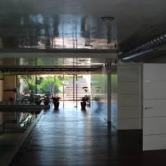 Casa Tashmina: Gimnasios domésticos de estilo  de ESTUDI D'ARQUITECTURA XAVIER CLIMENT