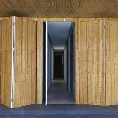 Revestimento réguas de bambu: Garagens e edículas  por BAMBU CARBONO ZERO