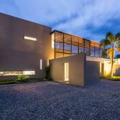 โรงรถและหลังคากันแดด by David Macias Arquitectura & Urbanismo