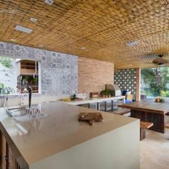 Forro com esteira trançada de Bambu: Cozinhas rústicas por BAMBU CARBONO ZERO