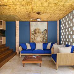 Forro com esteira trançada de Bambu: Salas de estar rústicas por BAMBU CARBONO ZERO