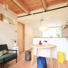 照明・植物・カラフルな家具が彩るリビング: 合同会社negla設計室が手掛けたリビングです。