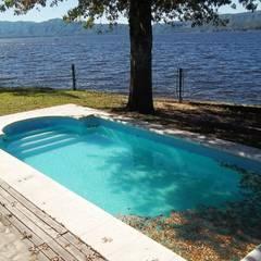 Importante propiedad frente al lago: Piletas de estilo  por Liliana almada Propiedades