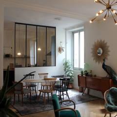 La pièce de vie avec la cuisine en arrière plan: Salle à manger de style de style eclectique par Fabrick d'Architecture Nantaise
