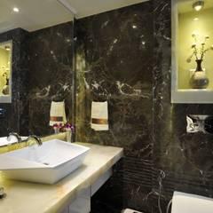3 Bedroom Mumbai Residence:  Bathroom by Aum Architects