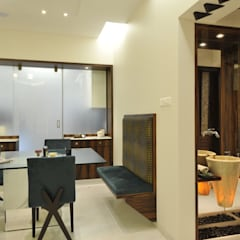 3 Bedroom Mumbai Residence: modern Dining room by Aum Architects
