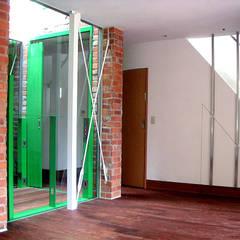 市川T邸: &lodge inc. / 株式会社アンドロッジが手掛けた窓です。,カントリー レンガ
