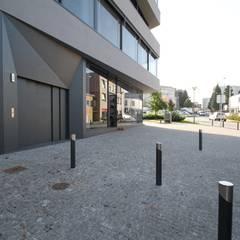 Edifício Lousada: Garagens e arrecadações  por Lousinha Arquitectos