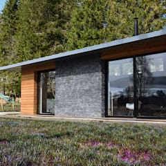 Stone / Timber cladding to living and dining Brown + Brown Architects Modern houses Wood