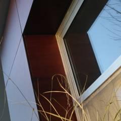 DETALLE 03: Ventanas de estilo  por Poggi Schmit Arquitectura