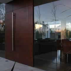 DETALLE 02: Ventanas de estilo  por Poggi Schmit Arquitectura