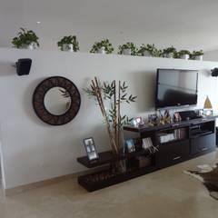 Sala de TV antes de la remodelación:  de estilo  por John Robles Arquitectos