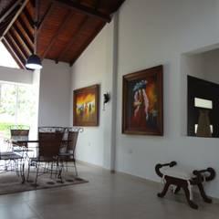 Casa Villa Edilia: Comedores de estilo  por John Robles Arquitectos, Rural