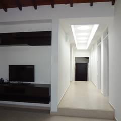 Casa Villa Edilia: Pasillos y vestíbulos de estilo  por John Robles Arquitectos, Rural