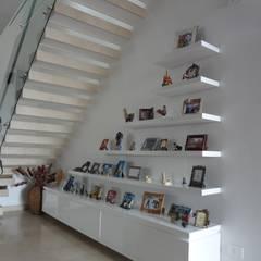 Mueble portaretratos: Paredes de estilo  por John Robles Arquitectos