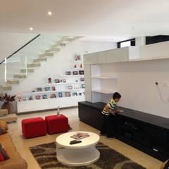 Sala de TV: Salas multimedia de estilo  por John Robles Arquitectos