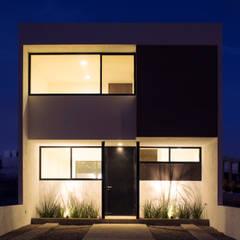 Fachada Casa Pedregal de noche : Casas de estilo  por Región 4 Arquitectura, Minimalista