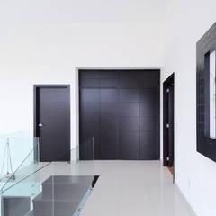 RESIDENCIA DIANA: Estudios y oficinas de estilo  por Excelencia en Diseño