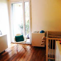 Appartement P: Chambre d'enfant de style de style Minimaliste par Agence 1+1
