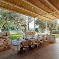 MASSERIA D'ESTIA: Sala da pranzo in stile  di BB Architettura del Paesaggio