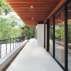 VARANDA PERIMETRAL: Hotéis  por Piratininga Arquitetos Associados