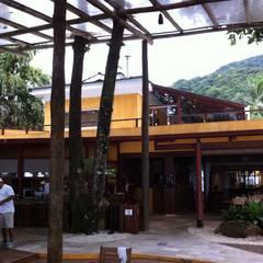 JUQUEHY PRAIA HOTEL – EDIFÍCIO DE EVENTOS E CONVIVÊNCIA: Hotéis  por Piratininga Arquitetos Associados