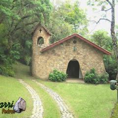 Capela de pedra: Jardins rústicos por Bizzarri Pedras