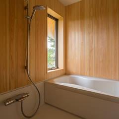 喜連川・傾斜地の家: 中山大輔建築設計事務所/Nakayama Architectsが手掛けた浴室です。