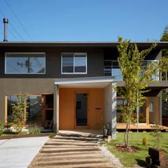 山里のいえ: toki Architect design officeが手掛けた庭です。,モダン 木 木目調