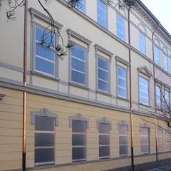 La costruzione dopo la posa delle decorazione e la rifinitura della facciata: Scuole in stile  di Eleni Decor