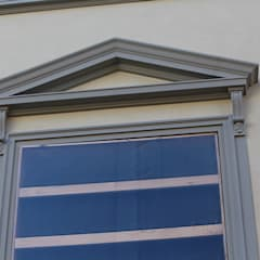Dettaglio cornice finestra riprodotta fedelmente: Scuole in stile  di Eleni Decor