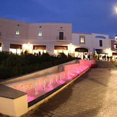 Sicilia Outlet Village: Centri commerciali in stile  di Eleni Decor