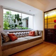 Departamento Chacarilla: Salas / recibidores de estilo  por Carughi Studio