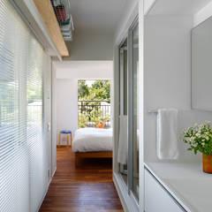 廊下兼脱衣室: 向山建築設計事務所が手掛けた浴室です。