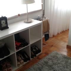 O antes e depois duma moradia com mais de 50 anos : Closets  por Erina Cardoso,