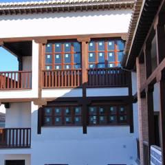barandas y balcones madera: Terrazas de estilo  de Conely