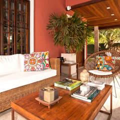 Veja o resultado da reforma da área externa dessa residência com área gourmet + cozinha!: Terraços  por Andréa Spelzon Interiores