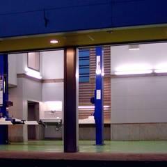 濃密な夜の闇が迫ってくる直前  魔法の時間: 石井淳アトリエが手掛けたガレージです。