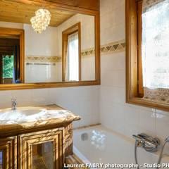 Chalet de montagne à Méribel, Alpes, Savoie: Salle de bains de style  par Studio PHOTO ARCLUSAZ