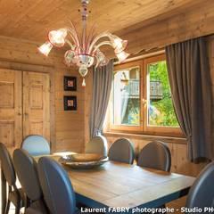 Chalet de montagne à Méribel, Alpes, Savoie: Salle à manger de style de stile Rural par Studio PHOTO ARCLUSAZ