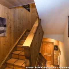 Chalet de montagne à Méribel, Alpes, Savoie: Couloir et hall d'entrée de style  par Studio PHOTO ARCLUSAZ