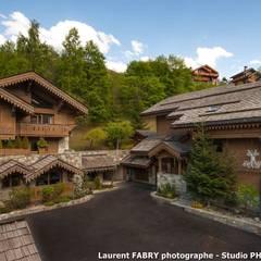 Chalet de montagne à Méribel, Alpes, Savoie: Terrasse de style  par Studio PHOTO ARCLUSAZ