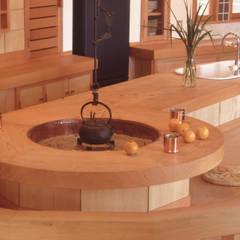 囲炉裏テーブルと露天風呂のある別荘 オリジナルデザインの キッチン の (株)独楽蔵 KOMAGURA オリジナル