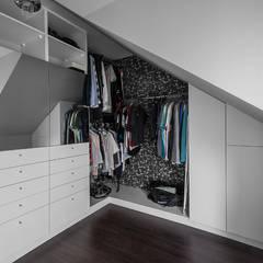 Nowoczesna aranżacja: styl , w kategorii Garderoba zaprojektowany przez Progetti Architektura