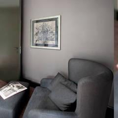 Eklektyczny Wawer: styl , w kategorii Pokój multimedialny zaprojektowany przez Autorska Pracownia Projektowania Wnętrz Anny Koszeli