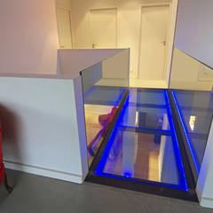 Couloir en verre: Couloir et hall d'entrée de style  par Pierre Bernard Création
