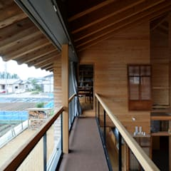 安島の新屋: 丸山晴之建築事務所が手掛けた廊下 & 玄関です。