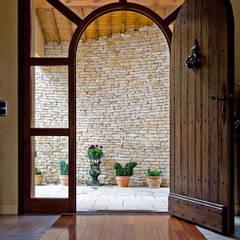 Grosse porte d'entrée en bois: Portes en bois de style  par Pierre Bernard Création