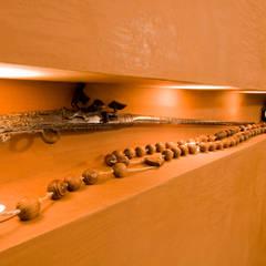 Vitrine d'escaliers: Couloir et hall d'entrée de style  par Pierre Bernard Création