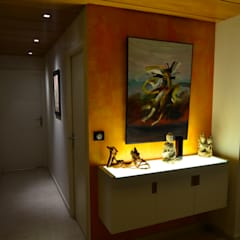 Angle de couloir décoré: Couloir et hall d'entrée de style  par Pierre Bernard Création